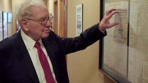 W biurze Warrena Buffetta wisi gablota z wycinkami gazet o największych kryzysach w historii Wall Street