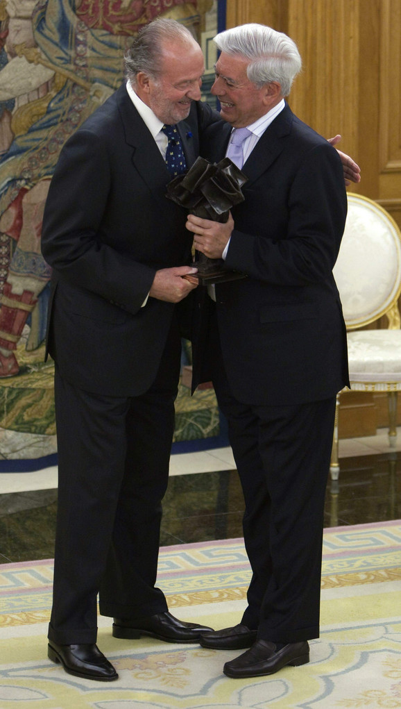 Ljosa sa španskim kraljem Huanom Karlosom prilikom primanja nagrade Don Kihot