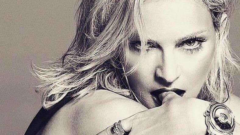 """Jak Björk skomentowała wyciek tego krążka? – Jestem wdzięczna i szczęśliwa, że wciąż interesujecie się tym, co robię. Doceniam to! – napisała na swoim facebookowym profilu. To zupełnie inne słowa od tych, jakimi o wycieku swoich najnowszych nagrań mówiła niedawno Madonna (na zdjęciu). Po ujawnieniu w sieci kilku piosenek z nadchodzącego krążka """"Rebel Heart"""" Madonna pisała o artystycznym gwałcie i terroryzmie. Jednocześnie dodała, że największym problemem w tym wydarzeniu jest fakt, że to numery nieskończone, dema sprzed kilku miesięcy. Kilkanaście dni temu wokalistka znowu zabrała głos, bo w z Izraelu został zatrzymany haker, który miał ukraść z jej komputera piosenki. Zresztą podobno włamał się też do komputerów innych gwiazd. Madonna oczywiście ucieszyła się z tego faktu, przypominając, że ma prawo do prywatności jak każdy inny i taka kradzież jest niezwykle krzywdząca, także psychicznie"""