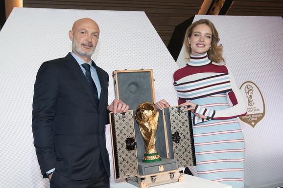 Natalija Vodjanova pored trofeja Svetskog kupa pre nekoliko meseci u Parizu