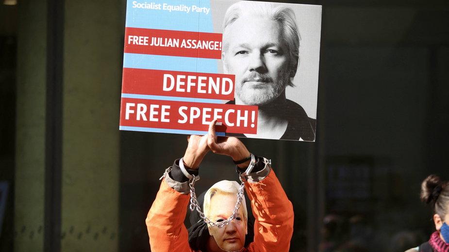Demonstracja w Londynie przeciwników ekstradycji Assange'a. Październik 2020 r.