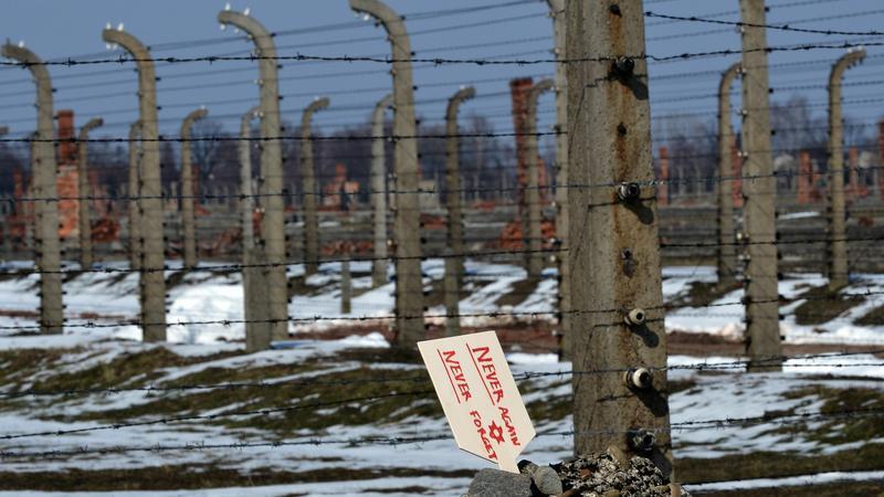 Turyści z Portugalii staną przed sądem za zniszczenia w Muzeum Auschwitz
