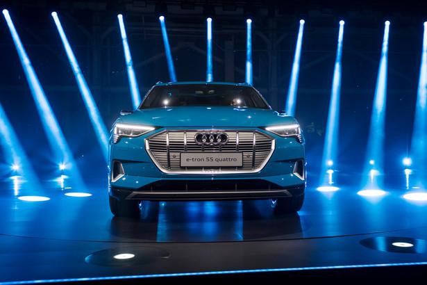 """Wygląda na to, że Tesla w końcu doczeka się poważnej konkurencji ze strony liderów motoryzacyjnego rynku premium. Prezentacja nowego E-Trona od Audi odbyła się w miejscu starego zakładu Forda w Richmond w Kalifornii, po drugiej stronie zatoki od San Francisco i około 35 mil na północ od fabryki Tesli w Fremont. Z informacji producenta wynika, że pierwsze w pełni elektryczne auto Audi zostanie wyprodukowane w Brukseli i dotrze do Stanów Zjednoczonych w drugim kwartale 2019 r. Cena pięcioosobowego SUVa zaczyna się od 74,8 tys. dolarów i kwalifikuje się do ulgi podatkowej w wysokości 7,5 tys. dol.. """"Audi ma napęd elektryczny i to jest nasz pierwszy duży krok"""", powiedział Scott Keogh, prezes Audi of America przed prezentacją. """"Czujemy, że mamy wyjątkowo atrakcyjny produkt""""."""