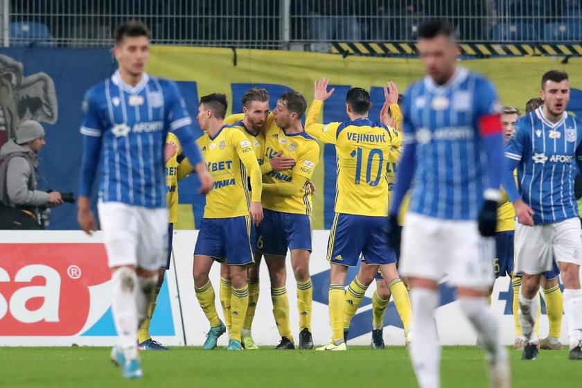 Prowadzona przez Serba Arka właśnie tak najczęściej próbuje grać w piłkę. Na początku wychodziło to różnie, ale w ostatnich czterech spotkaniach zespół dwa razy wygrał i dwukrotnie remisował.