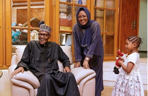 Aisha Buhari and President Buhari share a moment (Presidency)