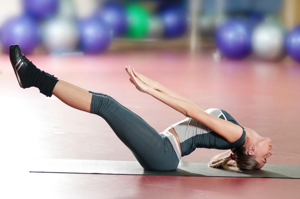 Jak schudnąć z brzucha bez wychodzenia z domu ten trik