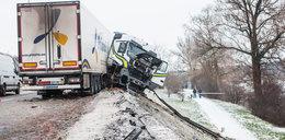 Horror! Ciężarówka zawisła nad jeziorem