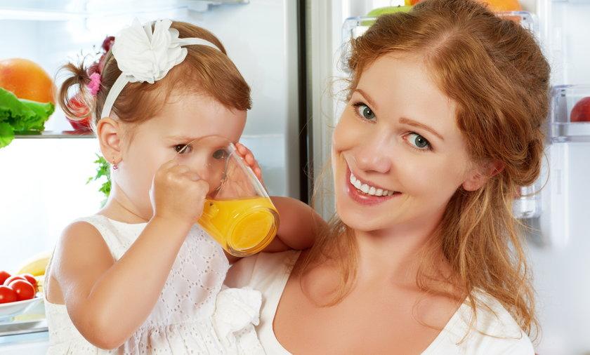 kobieta córka lodówka dziecko pije sok