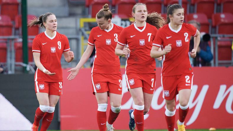 Ewa Pajor (L) i inne piłkarki reprezentacji Polski po strzelonym golu Szwedkom w kwietniu 2021 r.