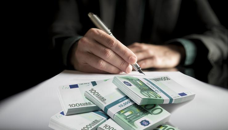 potpisivanje novac kombo foto RAS Shutterstock