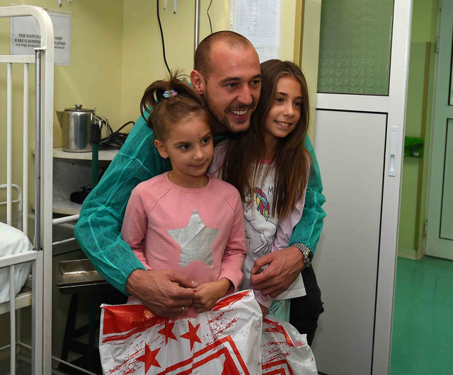 Golman Crvene zvezde Milan Borjan sa mališanima u Tiršovoj