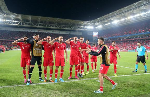 Fudbaleri Turske otpozdravljaju vojsci