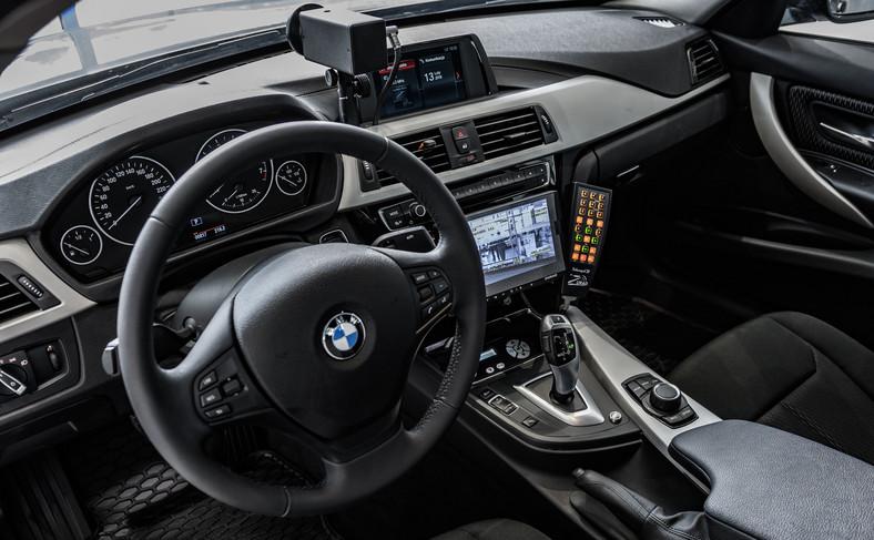 Wyświetlana na nagraniu prędkość jest mierzona na kołach radiowozu. Żeby wykonać poprawny pomiar, BMW z wideorejestratorem musi na początku i na końcu odcinka pomiarowego znajdować się w takiej samej odległości od ściganego pojazdu