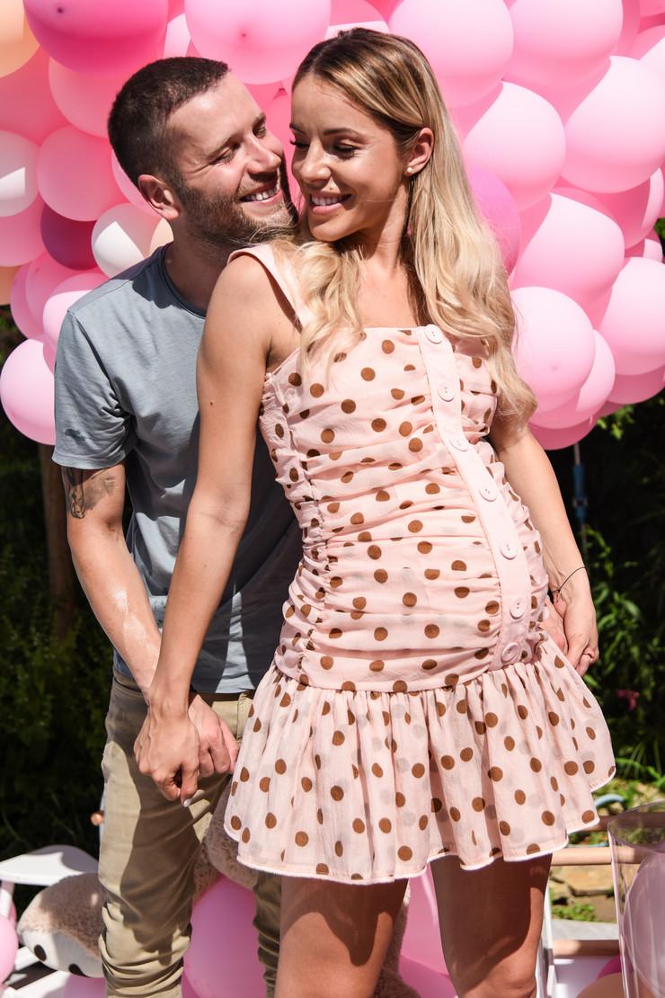 PRVA FOTOGRAFIJA IZ PORODILIŠTA Srpski pevač i lepotica dobili ćerku, a ovaj prizor je ČISTA LJUBAV