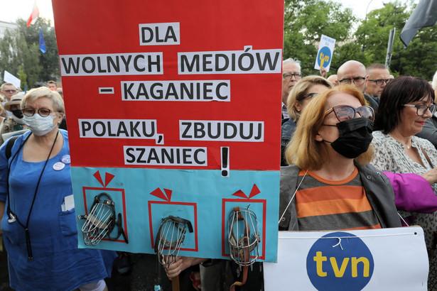 Przeciwnicy projektu demonstrowali we wtorek od godz. 18 w kilkudziesięciu miastach Polski