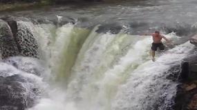 Przerażające wideo - mężczyzna skacze z wodospadu