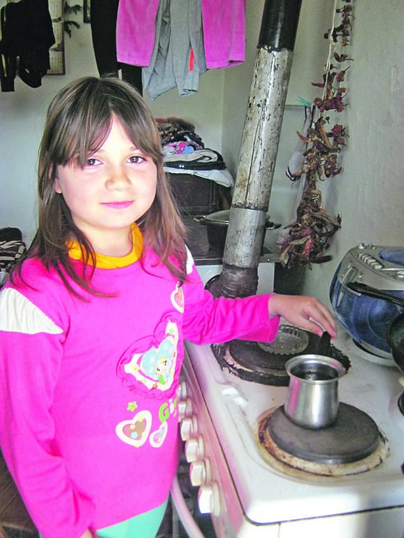 Anđela kuva kafu