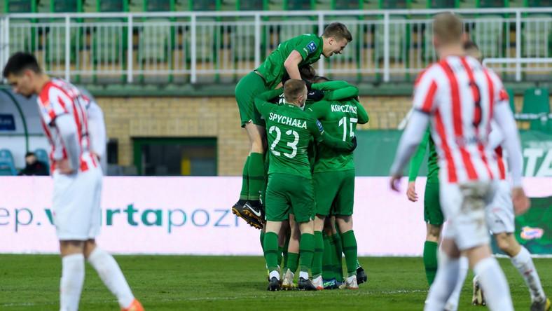 Piłkarze Warty cieszą się po golu Jakuba Kiełba