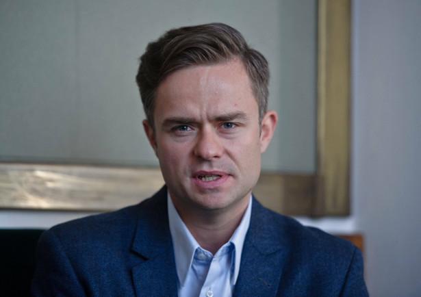 Hofman był rzecznikiem PiS, a w latach 2011-15 był wiceprzewodniczącym sejmowej komisji sportu i turystyki