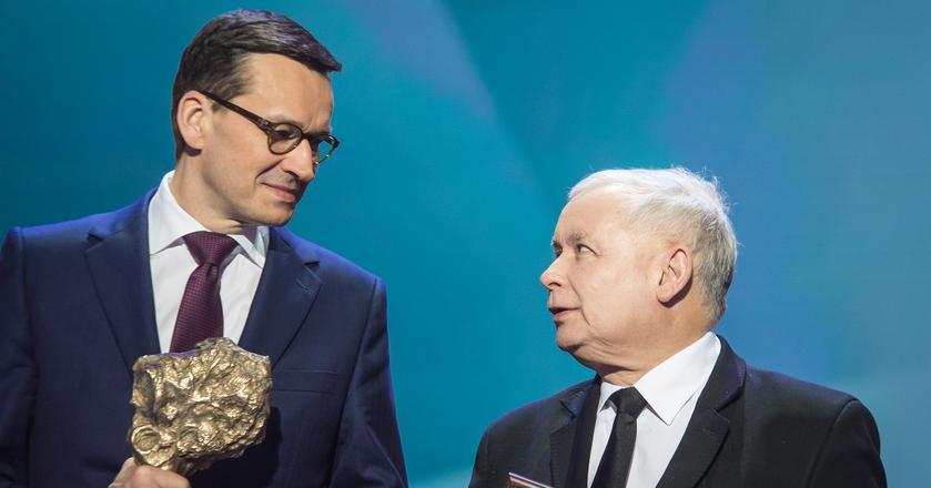 Premier Morawiecki ma powody do radości. Na zdjęciu: Premier Morawiecki i prezes Kaczyński podczas rozdania nagród Gazety Polskiej