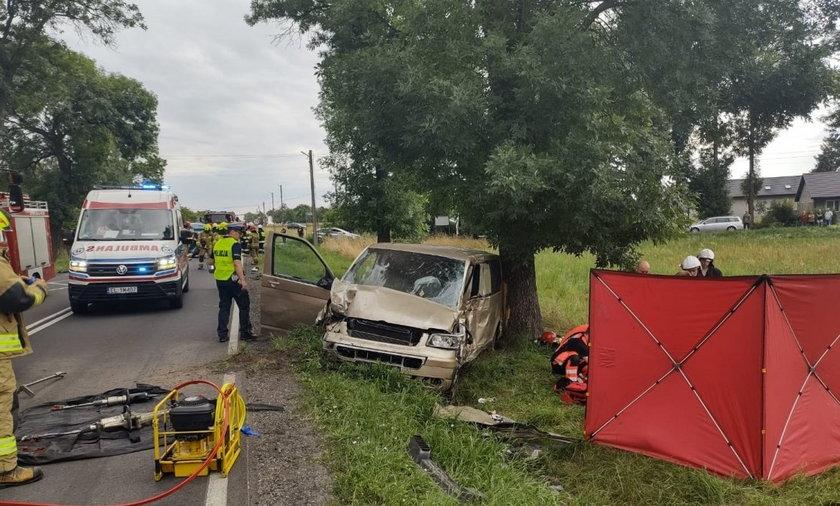 W Jedlnie Pierwszym bus zderzył się z samochodem i uderzył w drzewo, kierowca nie żyje.