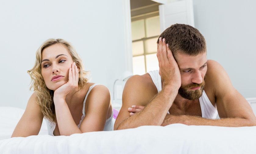 Niemal połowa osób pozostających w związkach ma dość spania z partnerem