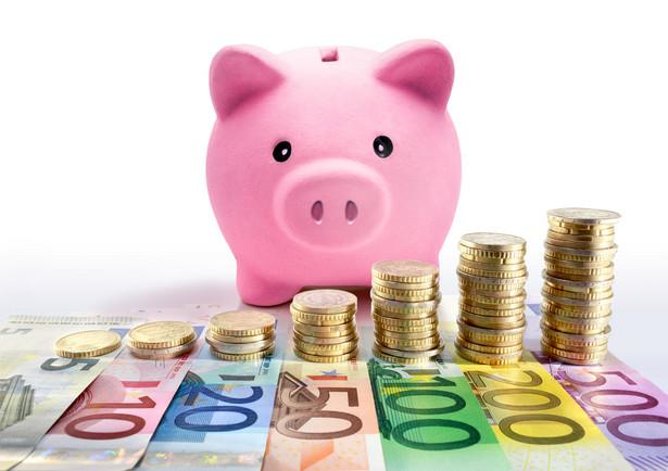 Regularne oszczędzanie – na przykład z wykorzystaniem konta oszczędnościowego – to bardzo dobre rozwiązanie dla tych spośród nas, którzy chcą odłożyć pieniądze, choćby na przyszłoroczne wakacje.