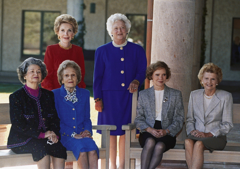 Od lewej siedzą: Lady Bird Johnson; Pat Nixon, Rosalynn Carter i Betty Ford. Stoją: Nancy Reagan i Barbara Bush