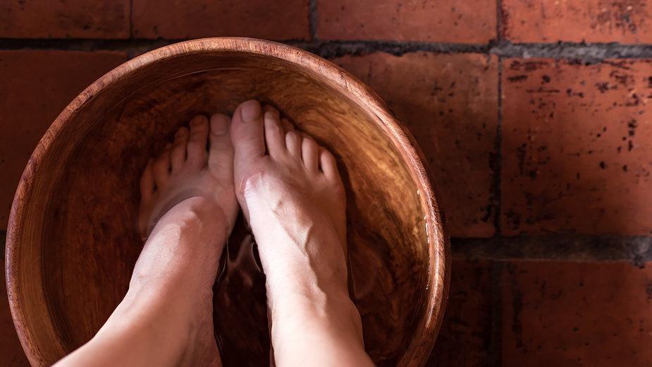 Moczenie stóp w ciemnej herbacie może pomóc zwalczyć problem nadmiernego pocenia stóp (zdjęcie ilustracyjne)
