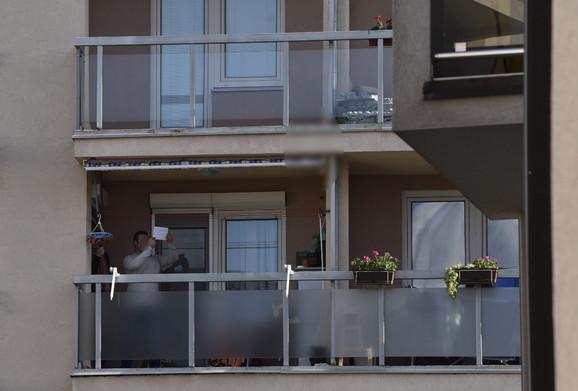 Hrabri sused šalje sa terase znak policiji