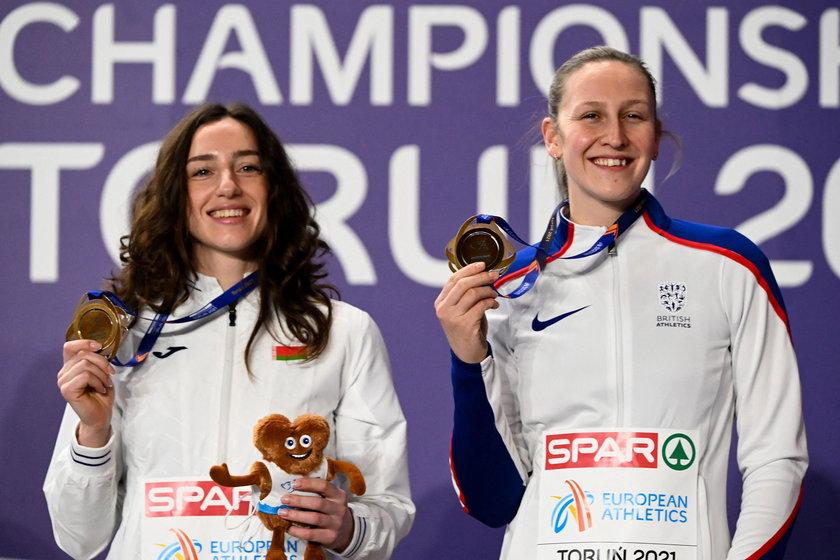 Holly Bradshaw (z prawej) wróciła z Torunia do domu z Covid-19
