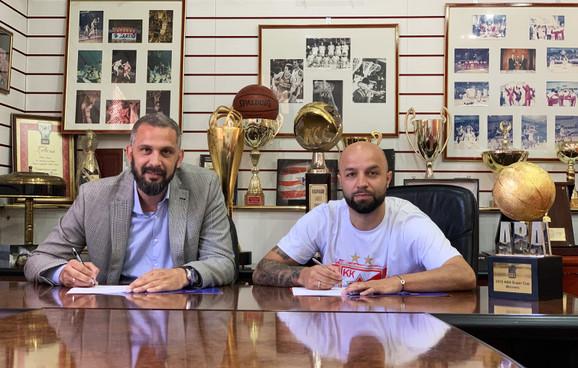Direktor KK Crvena zvezda Filip Sunturlić i Filip Čović potpisuju ugovor