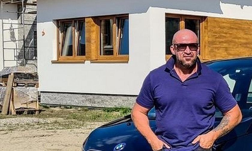 Tomasz Oświeciński kończy budowę domu.