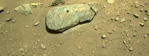 Marsjański kamień z dziurą po wiertle łazika
