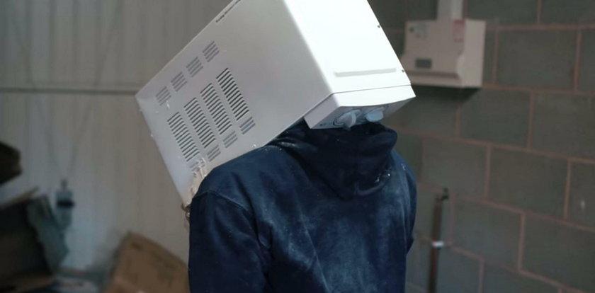 Włożył głowę do mikrofalówki i zalał cementem. To głupota roku!