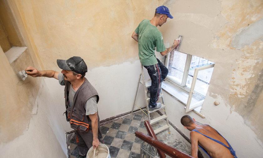 Bezrobotni remontują klatki schodowe