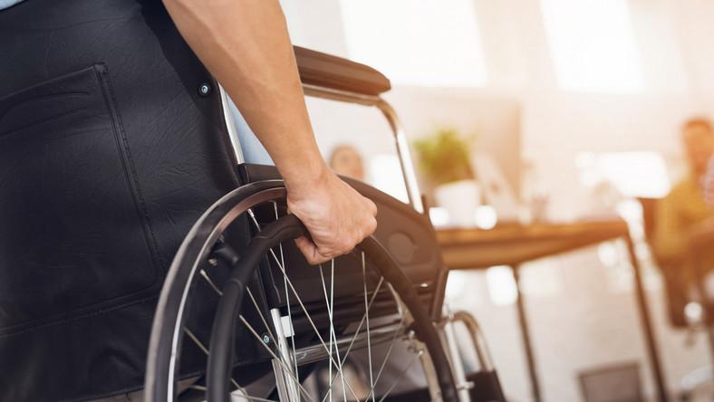 niepełnosprawny pracownik wózek inwalidzki / fot. Shutterstock