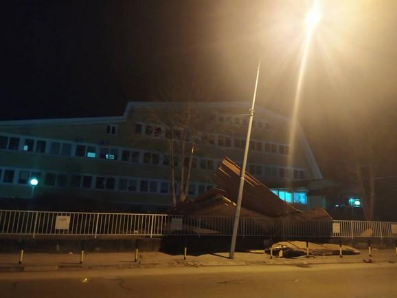 Vetar oduvao deo krova na ulicu