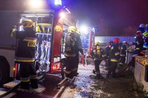 Pożar na nielegalnym wysypisku opon w Raciniewie.  Autor: PAP / Tytus Żmijewski