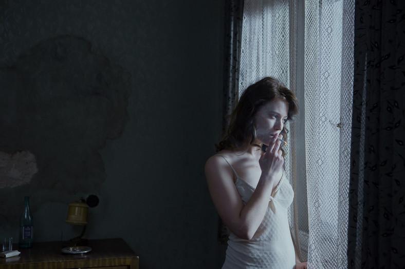 """Lou de Laâge jako Madeleine Pauliac w filmie """"Niewinne"""""""