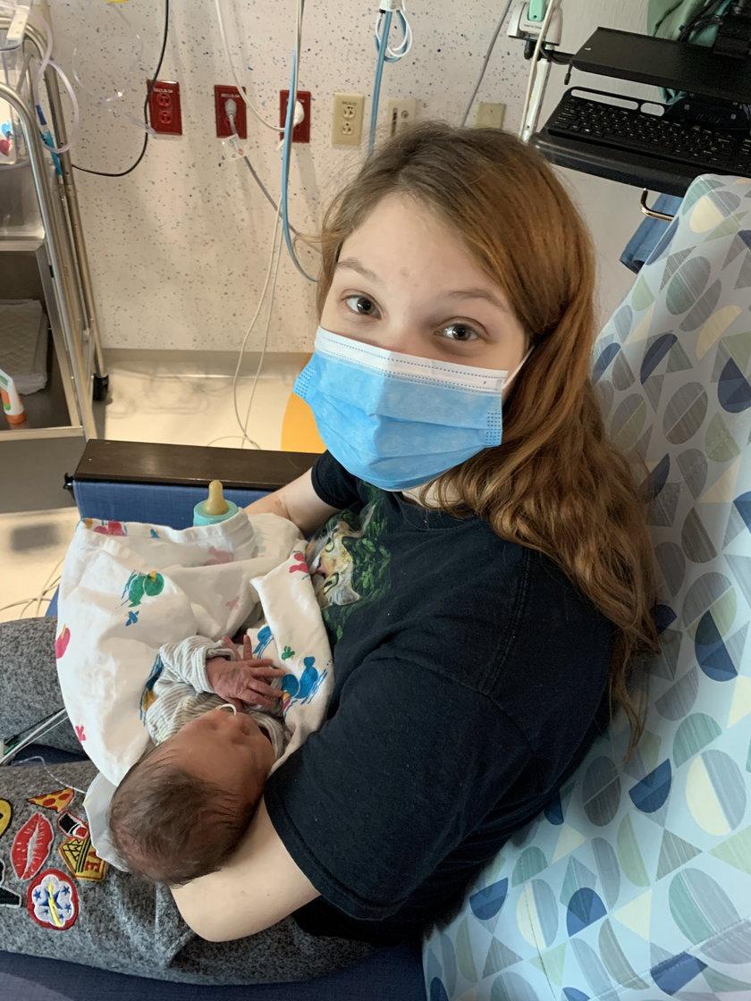 Nastolatka zaszła w ciążę, chociaż brała tabletki. Los spłatał jej figla i to dwa razy