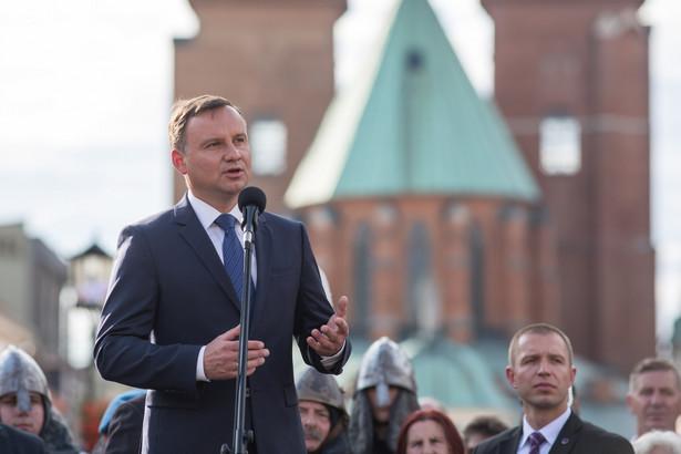 Prezydent Andrzej Duda spotkał się z mieszkańcami na rynku głównym w Gnieźnie