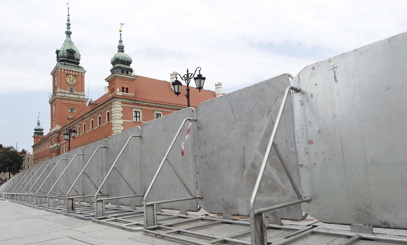Warszawa jak twierdza - zagrodzili ulice i Plac Zamkowy
