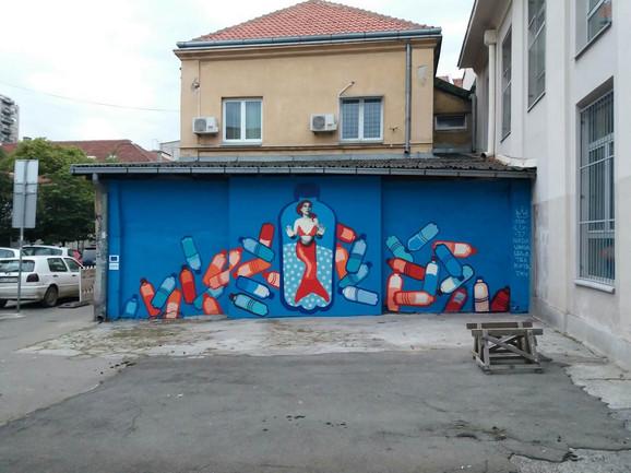 U oslikavanju murala umetnici je pomagalo osam devojčica
