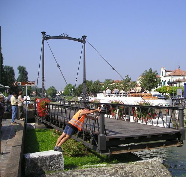 Jeden ze zwodzonych mostów na Riviera del Brenta