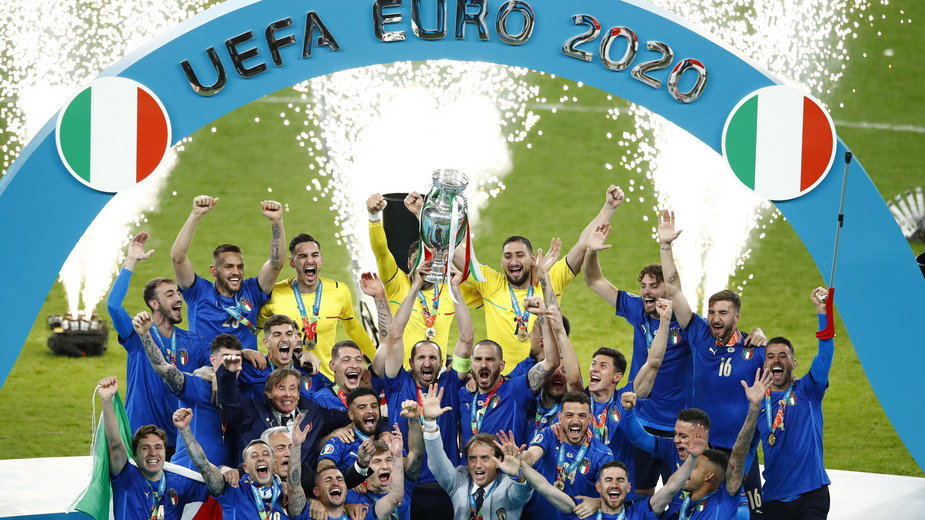 Reprezentacja Włoch celebruje zdobycie mistrzostwa Europy
