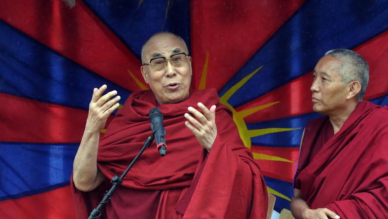 """– Tak – jestem buddystą, jestem prastarym buddystą. Co więcej, jestem Jego Świątobliwością... Mam 80 lat, powinienem być jak wy, bardziej aktywny – mówił Dalaj Lama, którego urodziny przypadają w przyszłym tygodniu. Podczas wystąpienia w Glastonbury duchowy przywódca tybetańskich buddystów mówił, że współczesny system edukacji nie naucza wartości duchowych, a ludzka inteligencja jest często na usługach zła i nienawiści. Tak wielkie, spontaniczne zgromadzenie fanów muzyki uznał jednak za pozytywny przejaw optymizmu, dobra i przyjaźni. Festiwalowi fani odśpiewali Dalaj Lamie """"Sto Lat""""."""