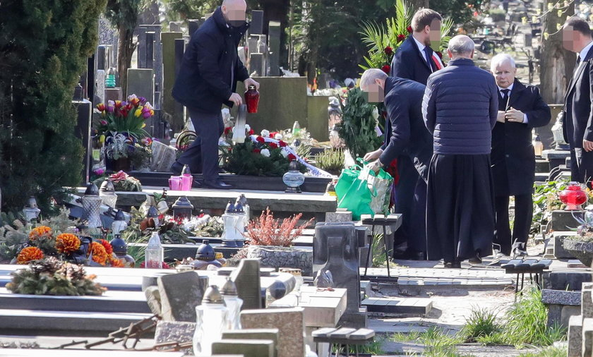 Jarosław Kaczyński na zamkniętym cmentarzu w 10. rocznicę katastrofy  smoleńskiej. Adam Lipiński o zachowaniu prezesa PiS