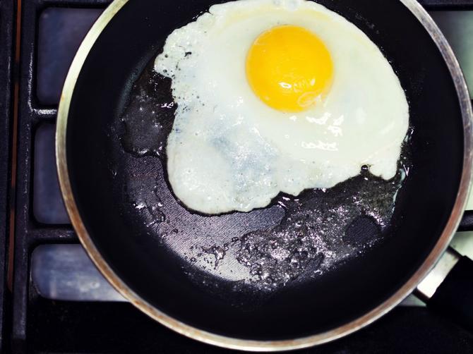 Caka za koju mnogi ne znaju: Zvuči VRLO ČUDNO, ali ako uradite ovu stvar, dobićete SAVRŠENO jaje na oko