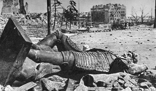 Zniszczona Kolumna Zygmunta w roku 1945